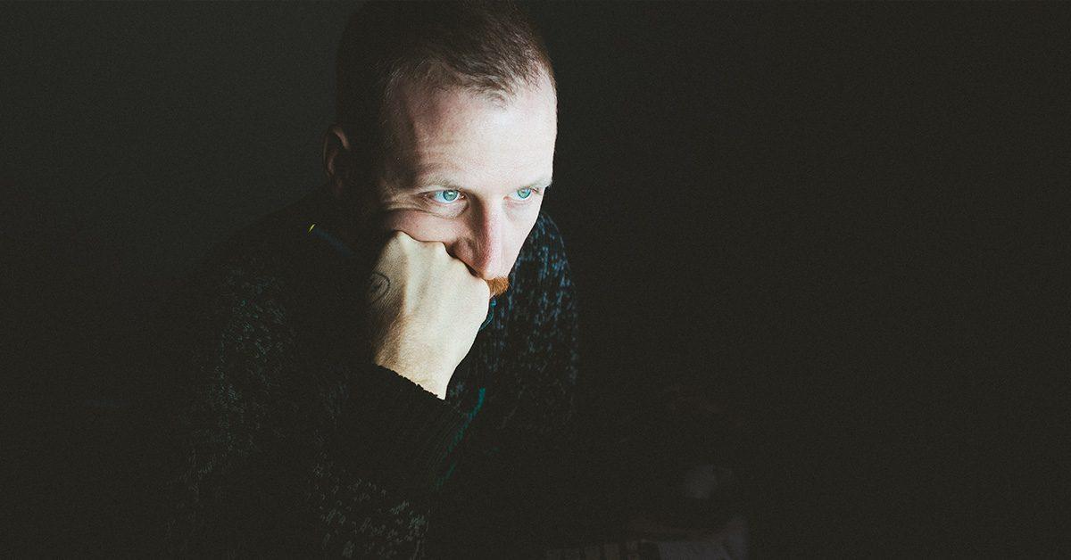 Mężczyzna zastanawiający się jak promować content nudnej marki