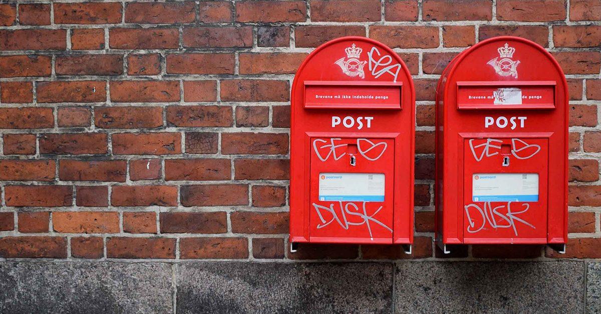 Czerwone skrzynki na listy, na murze z cegły