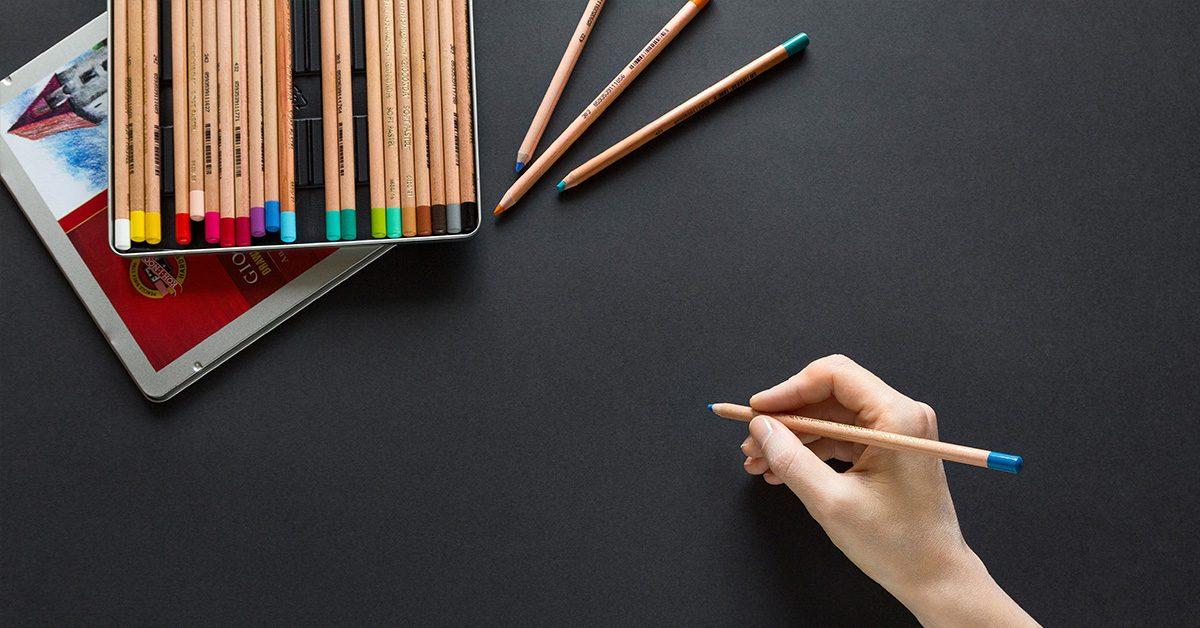 Czarna tablica i kolorowe kredki
