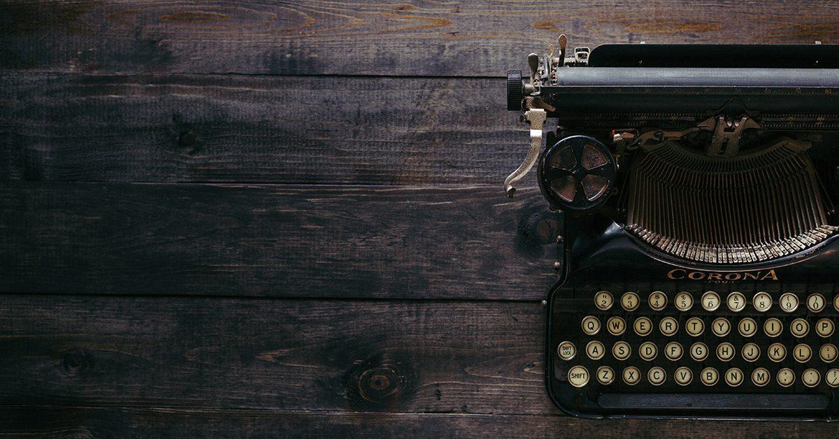 Maszyna do pisania na drewnianym stole