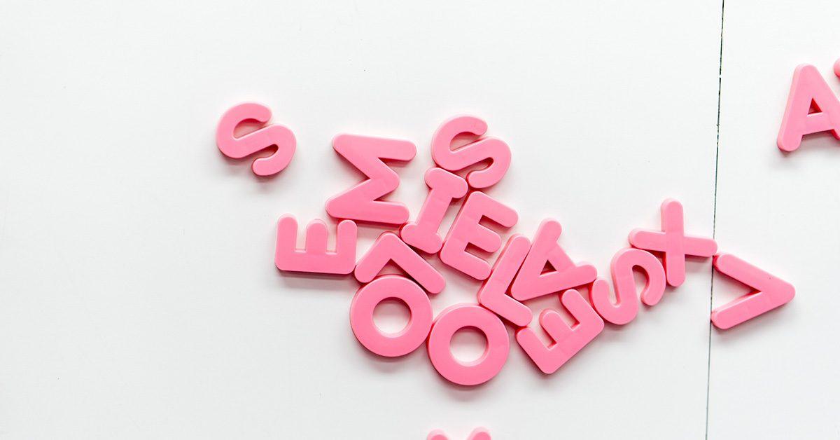 Różowe, rozrzucone litery